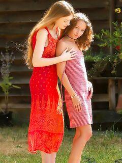 Рыжие лесбиянки красиво трахались в прохладном саду