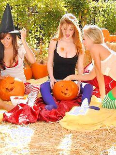 Четверо студенток устроили лесбийскую групповуху на Хеллоуин
