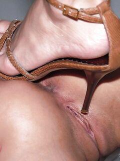 Лесбиянки в бикини страстно совокупляются в доме