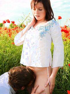 Молоденькая девушка трахается на летнем поле