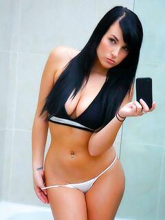Стройная телка эффектно трясет большой грудью