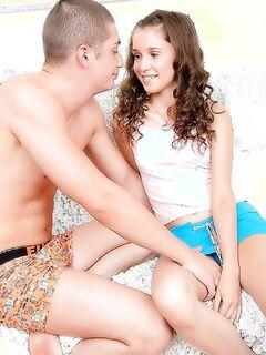 Русский парень засадил в очко наивной подружки на диване