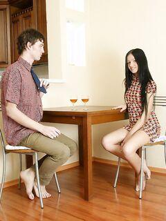 Молодая девушка трахается в бритую киску на столе
