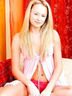 Молодая блондинка любит, когда трахают ее выбритую киску