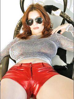 Рыжеволосая грешница демонстрирует огромные буфера в спальне