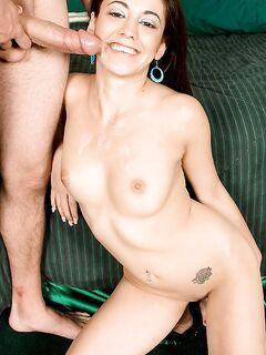 Девка предложила своё горячее тело