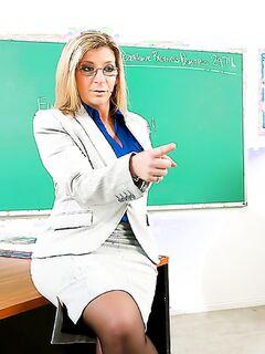 Учительница в возрасте разделась для траха со студентом