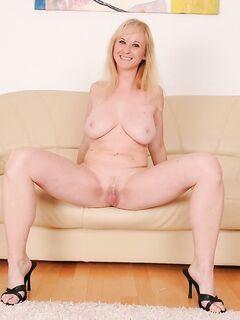 Пышная блондинка позволила себе глубокий вагинальный фистинг