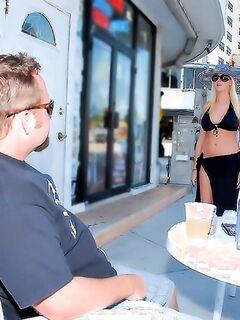 Мамаша в бикини реально трахается на улице