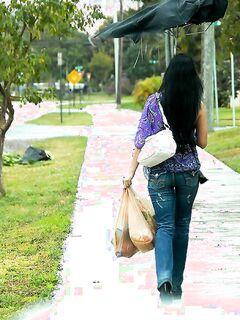 Мамка снимает джинсы для реального секса с соседом