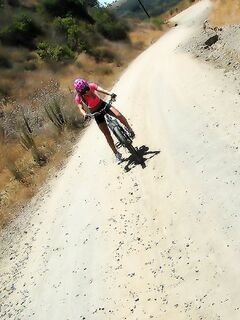 Молодая велосипедистка трахается с водителем во время соревнования