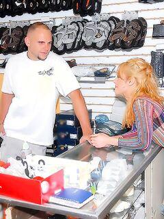 Клерк реально оттрахал слащавую блондинку в вещевой лавке