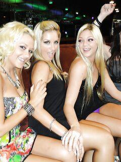 Пьяные красавицы согласились показать сиськи в ночном клубе
