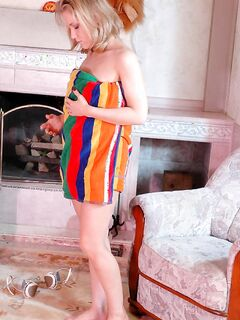 Пикантная мамочка надевает колготки и костюм