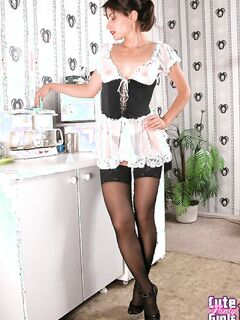 Французская женщина позирует в темных колготках