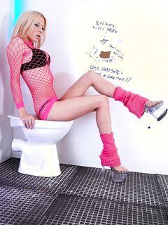 Гламурная шлюха отсасывает хуй в туалете