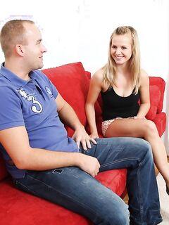 Папаша долбит сексуальную дочурку на мягком ковре