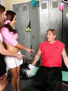 Роскошные студентки трахаются со своим учителем физкультуры