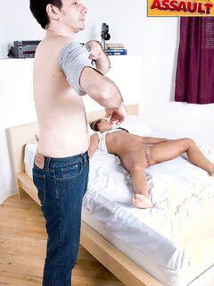 Худой мужик вставил пенис в юную телку и кончил ей на живот