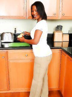 Чернокожая домохозяйка устроила жаркий стриптиз на кухне