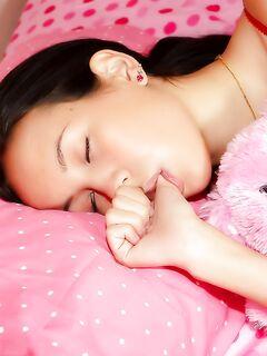 Мускулистый балбес засадил в спящую молоденькую подружку на кроватке