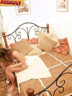 Парень вдул в киску спящей шлюхи на кроватке