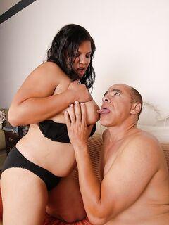 Латинская толстушка кайфует от семени на половых губах после секса