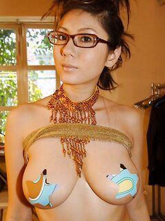 Женщина с шикарным телом показывает волосатую киску
