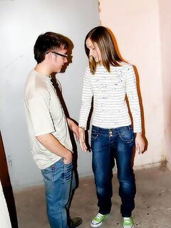 Русская девка в джинсах жестко трахается в жопу