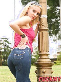 Чикса в обтягивающих джинсах заходит на быстрый секс