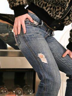 Кудрявая телочка позирует в горячих джинсах