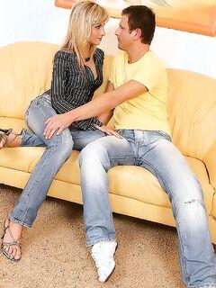 Красивая блондинка снимает джинсы для секса