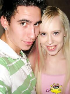 Парень имеет молодую подружку в ванной комнате