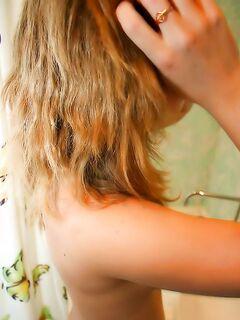 Худенькая подруга горячо трахается с любителем в ванной комнате