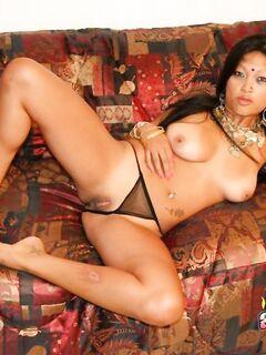 Молодая индуска светит натуральной грудью в наряде