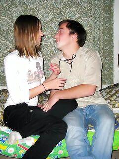 Русская подружка дала в жопу настойчивому любовнику на кровати