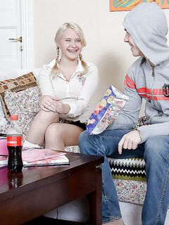 Студентка с большими сиськами отсосала член со спермой в рот