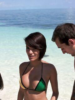 Сочные студентки в мини бикини жарились на пляже