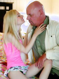 Дядя с жирным членом трахает племянницу верхом