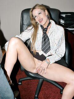 Зрелая секретарша послушно отсасывает для босса