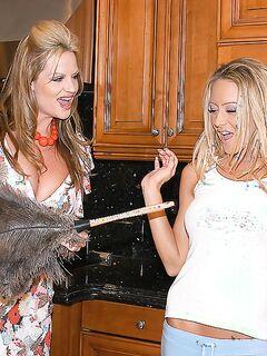 Похотливая блондинка в униформе горничной жарилась в анал с хозяином дома