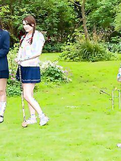 Девчонки в униформе для гольфа поддались унижениям