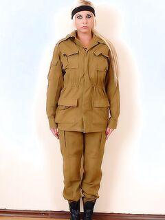 Блондинка в военной форме на осмотре у доктора