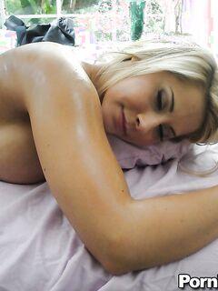 Девка с большими грудями случайно попала на порно массаж