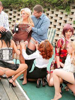 Возбужденные мамочки устроили свингерскую вечеринку