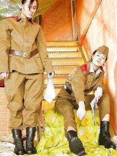 Русские солдатки прогуляли марш для орального секса с игрушкой