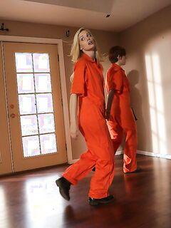 Беглые арестантки занялись лесбийским сексом в чужом доме