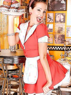 Горячая официантка  эротиично безобразничает на работе