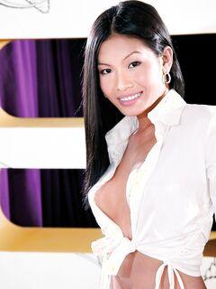 Азиатская сучка трахается с клиентом в номере гостиницы