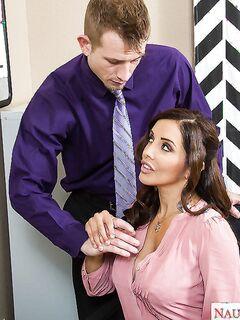Босс кончает на лицо похотливой секретарши в офисе